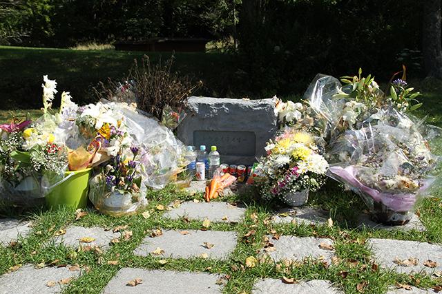 トウカイテイオー( 1988年 - 2013年 )のお墓。ファンからの献花で埋めつくされていました。