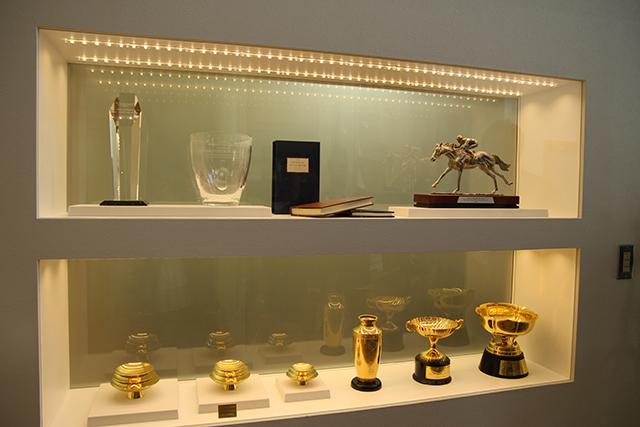 事務所には、そうそうたる貴重な賞のカップが並ぶ